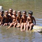 Frohe Kinder am Fluss