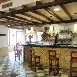 Vista del bar/cafetería desde uno de los comedores del Mesón Rural