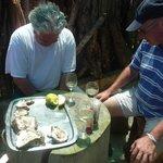 Gottfried und Stefan beim Austern-Schmaus im Hinterland