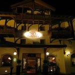 Hotel La Perla di sera