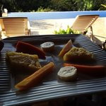 petit déjeuner au bord de la piscine à débordement