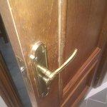 Puerta con molduras rotas