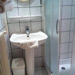 une salle d'eau vraiment petite, le toilette y est aussi présent.