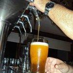 Tirando cerveza artesanal