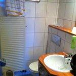 Bad mit Duschvorhang und Retro Toilette