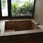 有溫泉湯屋療效的浴池