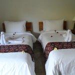 pliage des serviettes sur nos lits parsemès de fleurs
