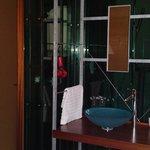Lavabo (im Zimmer), hinter der Scheibe: Dusche