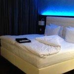 nettes Gimmik mit dem Lichtspiel über dem bequemen Bett