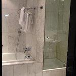 Angenehme Dusche und extrem sauberes Bad