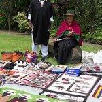 Venta de artesanias indigenas en el jardin