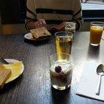 Lite av vad som fanns på den enklare frukostbuffén, juice, yoghurtkompotter och toast