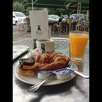 Desayuno rico rico en la terraza de La Cañia!!