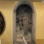 Сохранившиеся элементы кладки стены и ступени