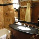 きれいな大理石のバスルーム