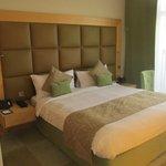 La habitación, muy amplia, con todas las comodidades y con un gran balcón