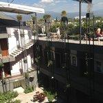 Vista del restaurante, habitaciones y piscina