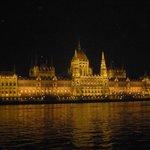 Il parlamento preso da un battello sul Danubio