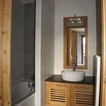 Salle de bain dans l'une des chambres