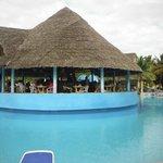 Le bar en plein centre de la piscine