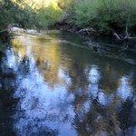Detrás de la hostal está este río.
