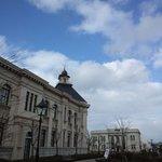 手前が新潟歴史博物館(みなとぴあ)で奥が旧第四銀行住吉支店