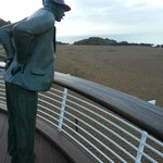 Devant l'hôtel (sur la plage), la statue de Monsieur Hulot (Jacques Tati)