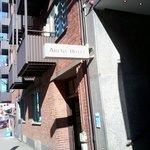 En anspråkslös skylt visar hotellingången.