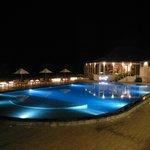 vista notturna zona piscina