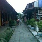 Calle rodeada de negocios
