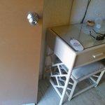 es la entrada al bungalow mobiliario bien viejo