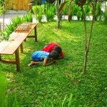 中庭で遊ぶオーナー夫妻の子供たち