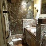 Marbled bathroom, Room 21