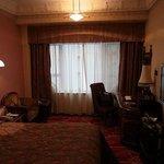 部屋はこんな感じで、雰囲気や調度品も重厚です。