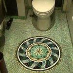トイレの床は見事なモザイク