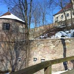 lado lateral del castillo con una zona de juegos!