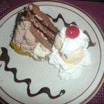 Schokoladenkuchen mit Vanilleglace