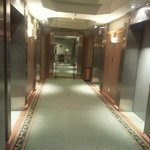 エレベーターは1フロア4基だけと少なめ。