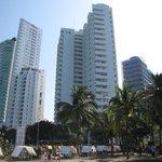 vue de la plage sur l'hôtel