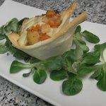 cestino di pane croccante al forno con verdure di stagione e toma di pecora brigasca