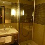 salle de bains propre et pratique