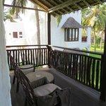 balcon avec fauteuils et table