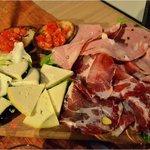 tagliere di salumi e formaggi, bruschette con pomodorini ciliegini fresco))