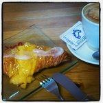 Desayuno con croissant de crema