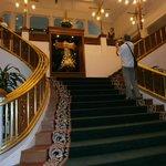 escalier au départ du hall .