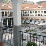 Vista al patio central del hotel desde la terraza de la habitación