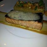 saumon cuit avec des saveurs de café
