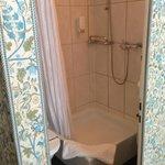 Sicht ins Bad - links Toilette - rechts Lavabo