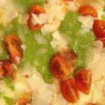 pesto, grana e pomodorini ... sotto la focaccia sottile con stracchino !!!