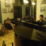 En el comedor escuchando al pianista